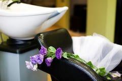 新娘面纱和花在美容院 免版税库存照片