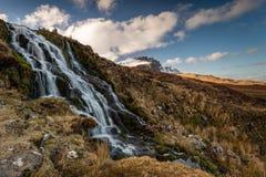 新娘面纱瀑布和Storr的老人,斯凯岛小岛, Scot 免版税库存图片