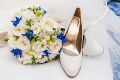 新娘鞋子、面纱和婚礼花束 库存图片