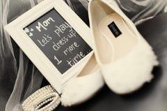 新娘鞋子和珍珠 库存图片