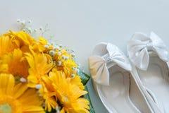 新娘鞋子花束花 免版税库存图片