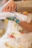 新娘香槟玻璃藏品婚礼 免版税库存图片