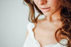 新娘 一部分的面孔,少妇关闭 性感的肥满嘴唇 免版税库存图片