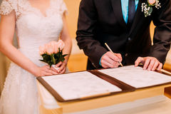 新娘仪式花婚礼 离开他们的署名的婚礼夫妇 图库摄影