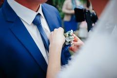 新娘给新郎一朵美丽的花 库存照片