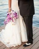 新娘&新郎紫色花束,在湖的黑白口角靠码头 免版税库存图片