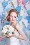 新娘 年轻时装模特儿与组成,卷发,在头发的花 新娘时尚 艺术秀丽方式珠宝照片 空白礼服的妇女 免版税库存图片