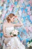 新娘 年轻时装模特儿与组成,卷发,在头发的花 新娘时尚 艺术秀丽方式珠宝照片 空白礼服的妇女 免版税库存照片