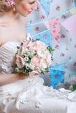 新娘 年轻时装模特儿与组成,卷发,在头发的花 新娘时尚 艺术秀丽方式珠宝照片 免版税图库摄影
