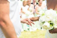 新娘戴着在特写镜头的手指的一个圆环 库存照片