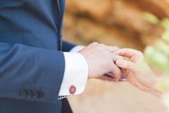 新娘戴着在特写镜头的手指的一个圆环 免版税图库摄影
