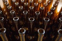 新娘 空的玻璃啤酒瓶,顶视图 图库摄影