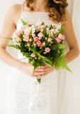 新娘 花束新娘新娘新郎现有量 拿着花束的新娘 婚礼照片概念 图库摄影
