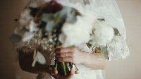 新娘` s手拿着婚礼花束 花束新娘日婚礼 花束不同的花 股票视频