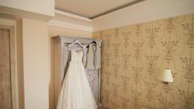 新娘` s礼服在公寓垂悬 婚姻的女傧相 股票录像