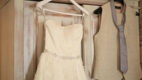 新娘` s礼服在公寓垂悬 婚姻的女傧相 股票视频