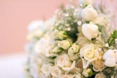 新娘` s花束、白玫瑰、郁金香、精美花、用途作为背景或纹理,软的淡色 免版税库存照片