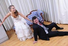 新娘draging的新郎婚姻 免版税图库摄影