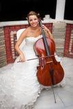 新娘musicial使用的大提琴 免版税库存照片