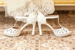新娘s穿上鞋子婚礼 免版税图库摄影