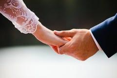新婚佳偶举行手 免版税库存图片