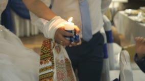 新婚佳偶举行灼烧的蜡烛 股票视频