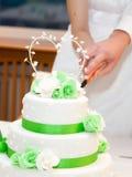 新婚佳偶切一块婚宴喜饼 库存照片