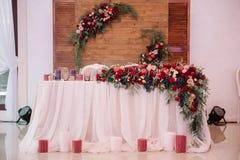 新婚佳偶制表,用花束和蜡烛装饰 免版税库存照片