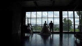 新婚佳偶剪影在大窗口前面的 股票录像