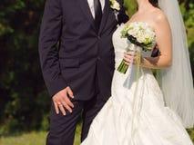 新婚佳偶在公园 免版税图库摄影