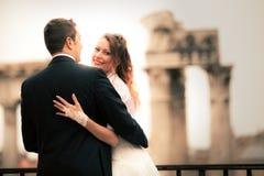 新婚佳偶在古城 结婚的夫妇愉快 意大利罗马 免版税图库摄影