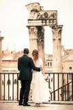 新婚佳偶在古城 结婚的夫妇愉快 意大利罗马 库存图片