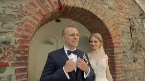 新婚佳偶在城堡走在他们的婚礼那天 享用婚礼之日的新娘和新郎 影视素材