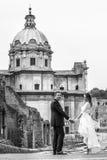 新婚佳偶在城市 结婚的夫妇愉快 黑色白色 库存照片