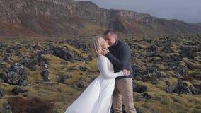 新婚佳偶在山自然中拥抱 影视素材