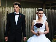 新婚佳偶在庭院里 免版税库存图片