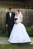 新婚佳偶在庭院里 库存图片