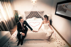 新婚佳偶在有心脏的卧室 库存图片