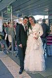 新婚佳偶在水公共汽车站的威尼斯 免版税图库摄影