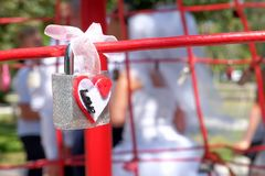 新婚佳偶垂悬了挂锁以在扶手栏杆的题字爱 库存图片