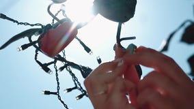新婚佳偶垂悬在爱护树木,特写镜头,慢动作的一把锁 股票视频