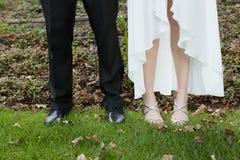 新婚佳偶夫妇的低部分站立在领域的 免版税库存照片