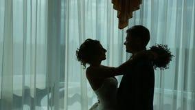 新婚佳偶夫妇的剪影 股票录像