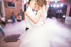 新婚佳偶夫妇第一个婚礼舞蹈在餐馆 免版税库存图片