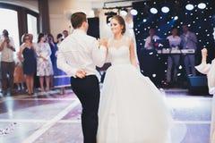 新婚佳偶夫妇第一个婚礼舞蹈在餐馆 库存图片