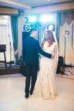 新婚佳偶夫妇第一个婚礼舞蹈在餐馆 免版税库存照片