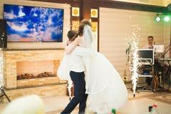 新婚佳偶夫妇第一个婚礼舞蹈在餐馆 免版税图库摄影