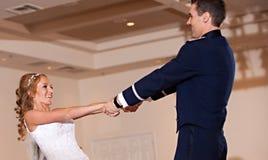 新婚佳偶夫妇首先跳舞 免版税库存图片