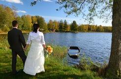 新婚佳偶室外纵向 库存照片