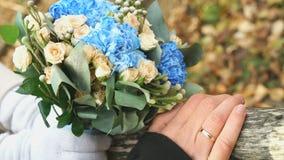 新婚佳偶手举行花束 影视素材
